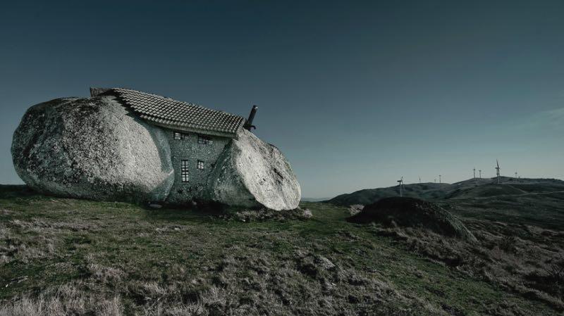 I 7 edifici al mondo costruiti nelle posizioni pi assurde for Piccoli piani di casa sulla spiaggia su palafitte